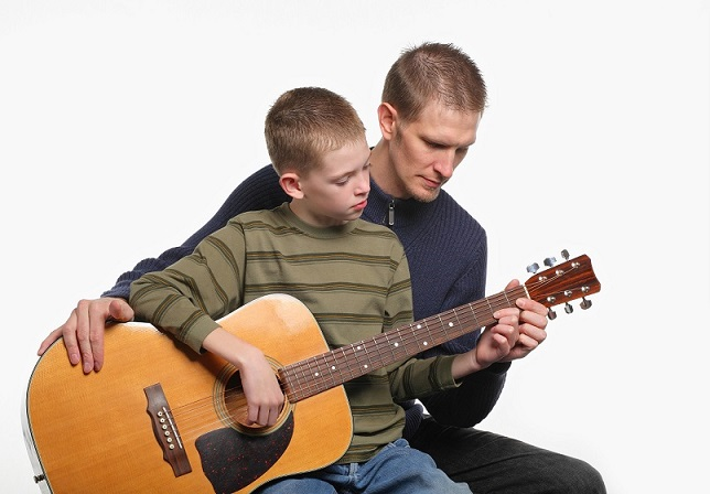 tuoi-hoc-guitar-tre-em